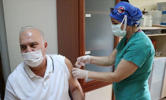 Kovid-19'la mücadelede uygulanan aşı 27 milyon 618 bin 359'a ulaştı.