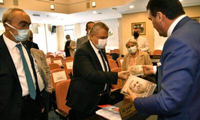 Dündar, Bursa'da Erdoğan'ın kitabını hediye etti
